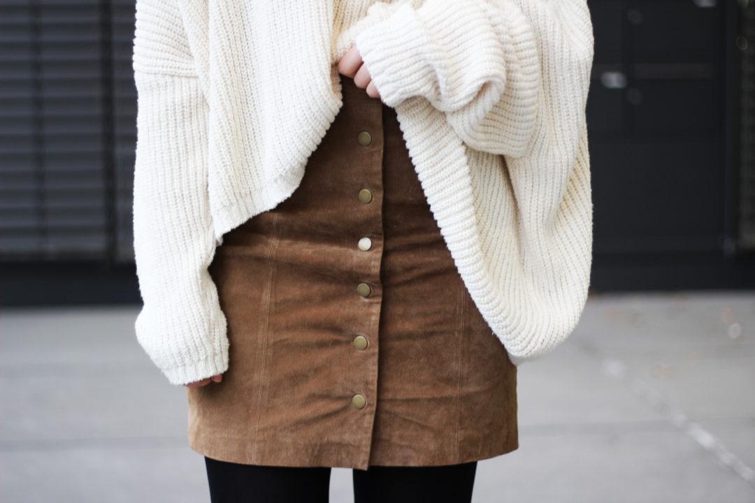 Oversize Sweater und Wildlederrock