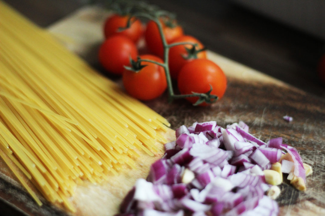 One-Pot-Pasta-Zutaten-Spaghetti-Zwiebeln-Knoblauch-Tomaten